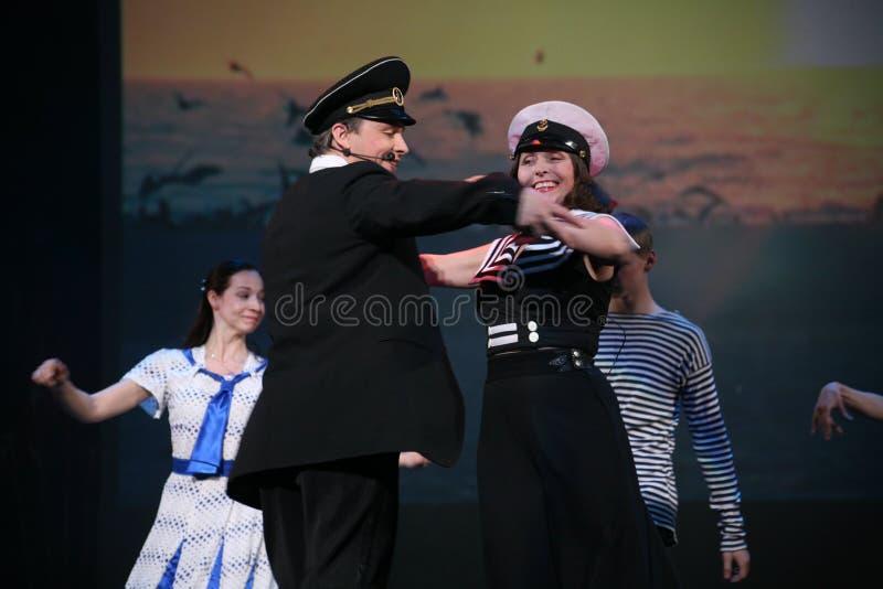 Le nombre musical de danse avec un thème nautique a exécuté par les acteurs de la troupe du théâtre de variétés de St Petersburg photos stock