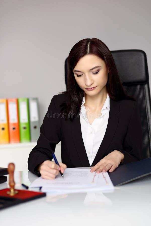 Le notaire de femme de brune fait certifier devant notaire le contrat photo stock