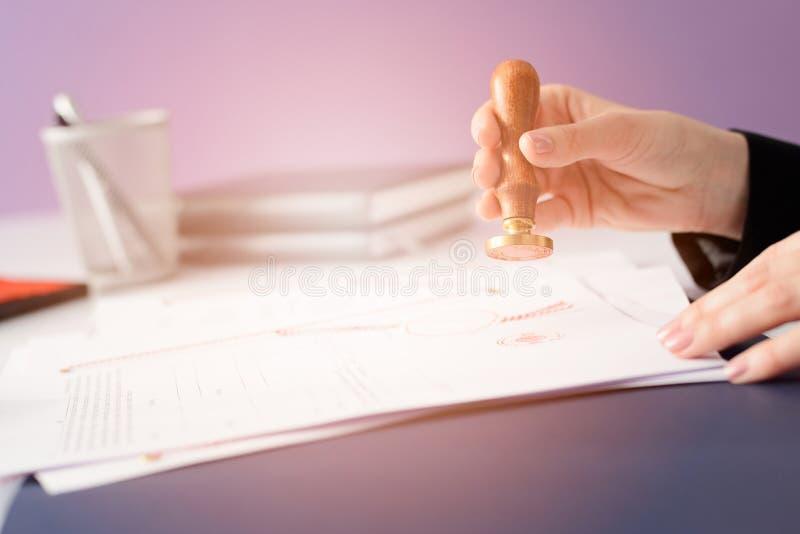 Le notaire Public fait certifier devant notaire le contrat images libres de droits