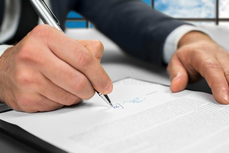 Le notaire signe des papiers au bureau image libre de droits
