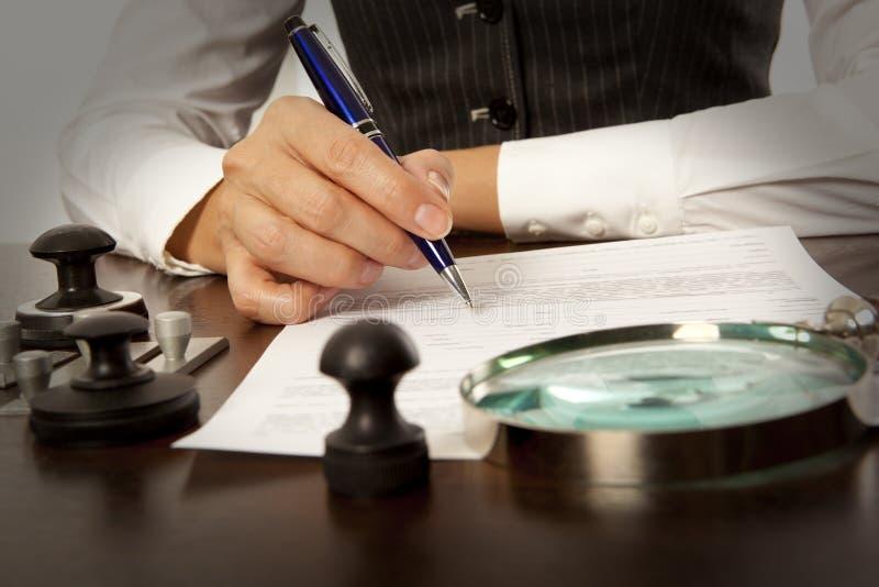Le notaire signe les documents dans le bureau photographie stock libre de droits