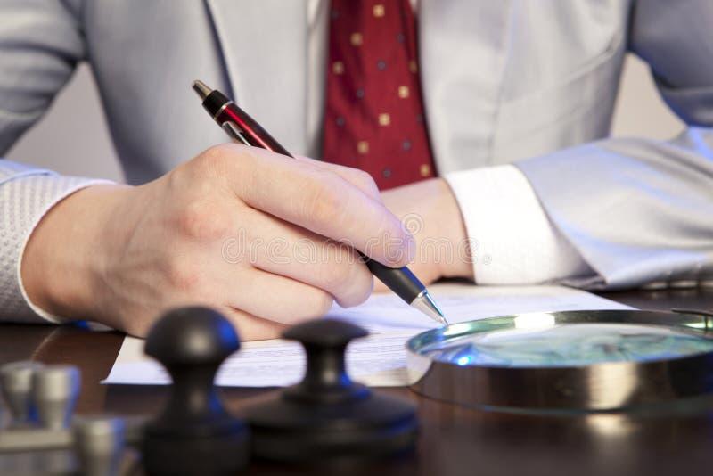 Le notaire signe les documents de notre bureau photo stock