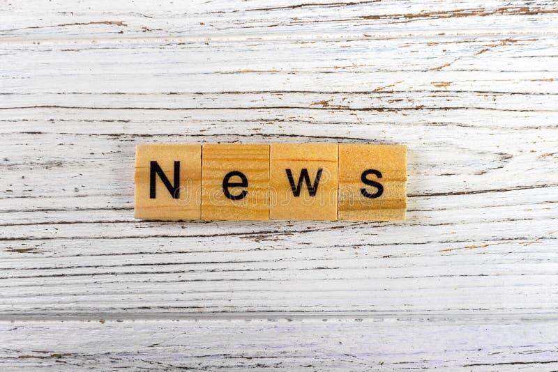 le notizie esprimono fatto con il concetto di legno dei blocchi fotografia stock
