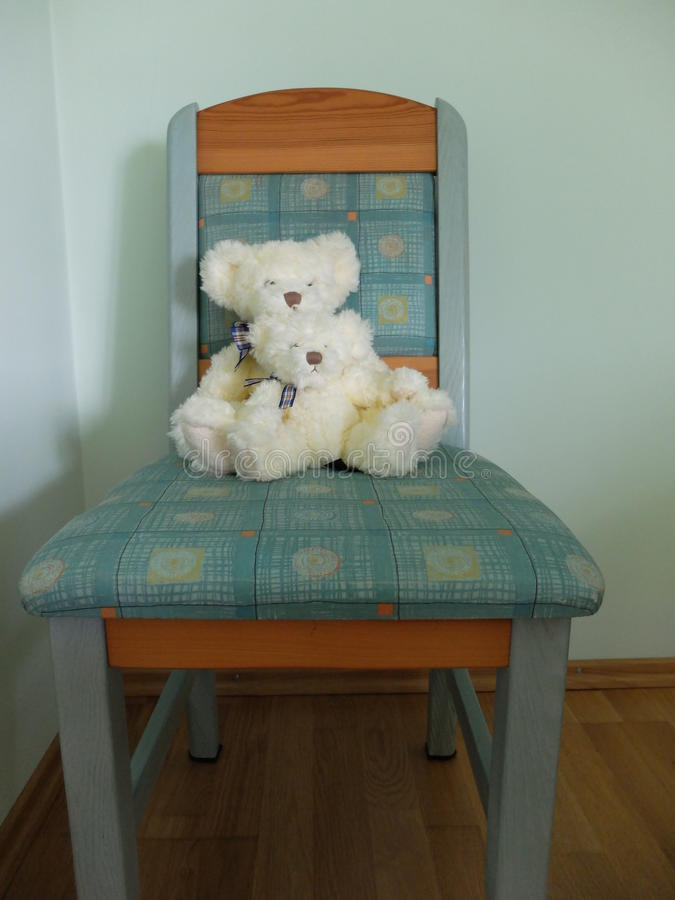 Le nounours concerne une chaise de turquoise image stock