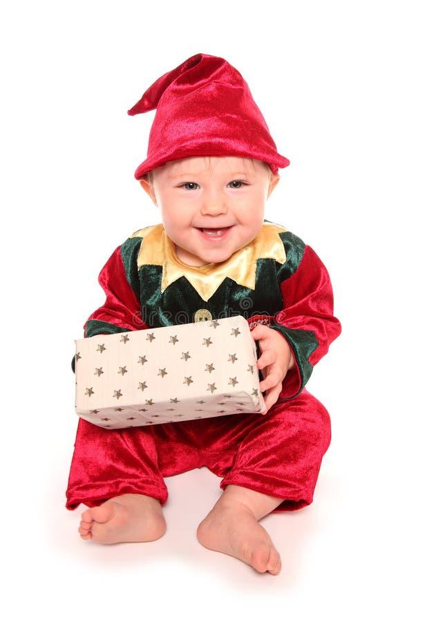 Le nourrisson s'est habillé dans le costume costumé de petite aide de Santa d'elfs image libre de droits