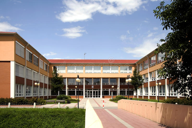 Le nouveau bâtiment de l'école primaire dans Litovel image stock