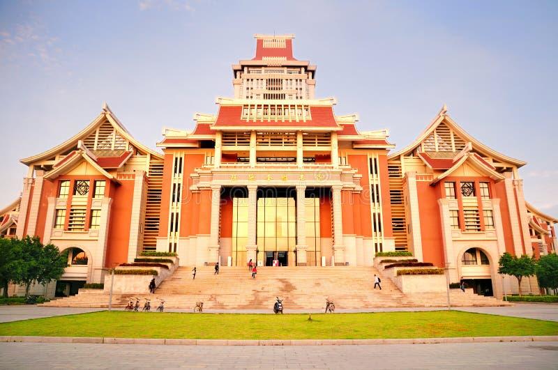Le nouveau bâtiment de la bibliothèque à l'université de Jimei image libre de droits