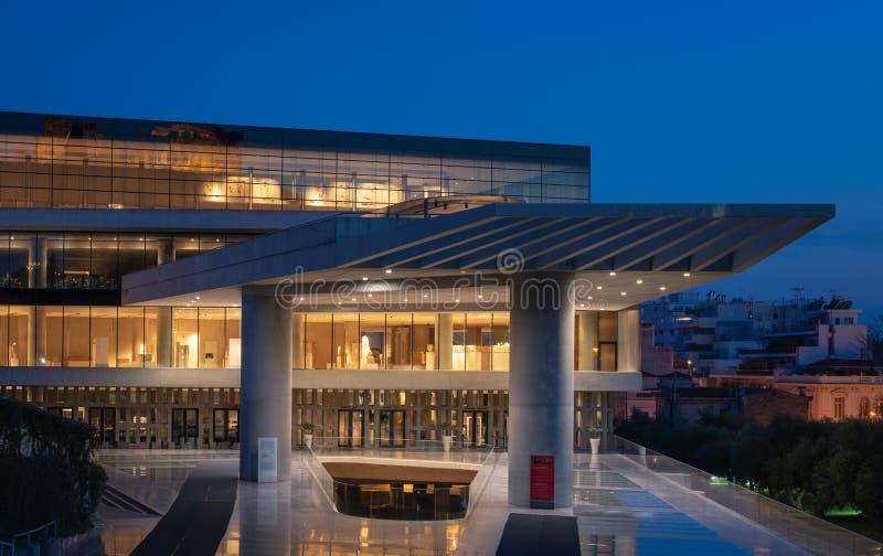 Le nouveau musée d'Acropole pendant l'heure bleue photo stock