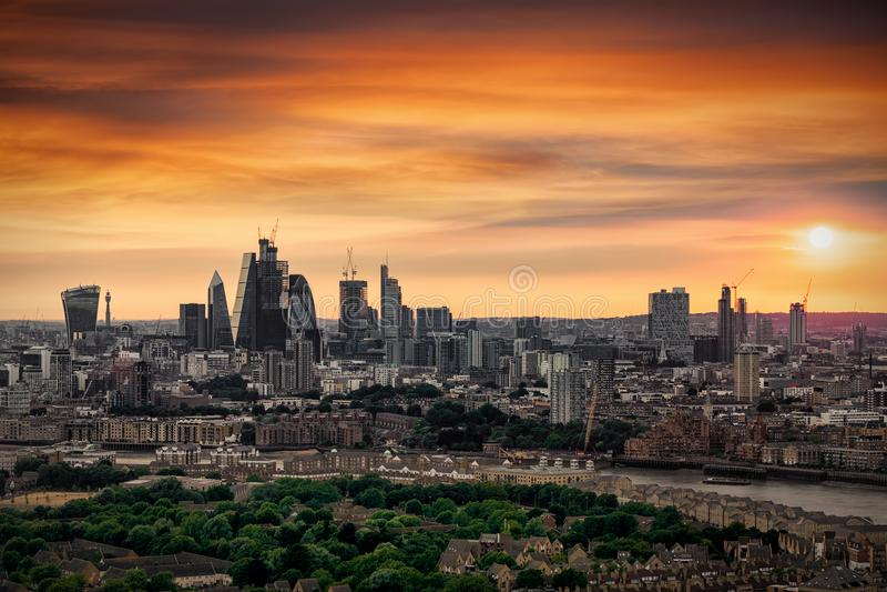 Le nouveaux horizon et ville de Londres pendant un coucher du soleil d'été photographie stock libre de droits