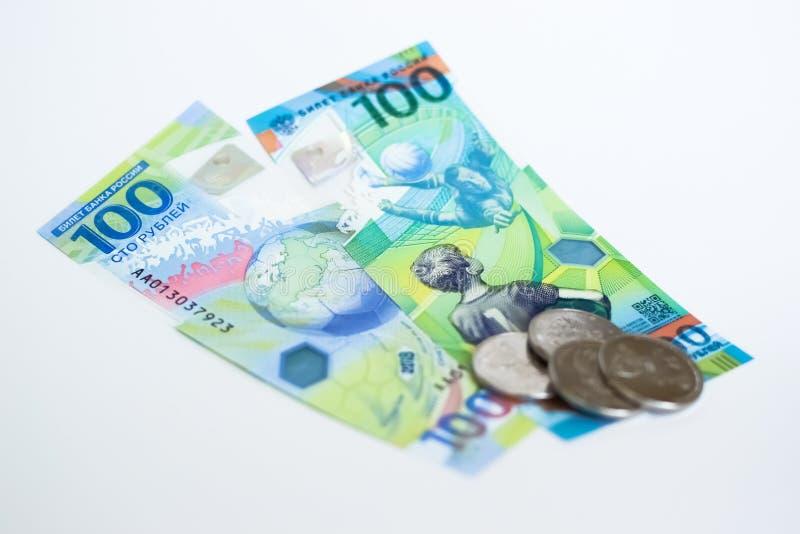 Le nouvel argent russe a publié spécifiquement pour le championnat du football 100 et quelques pièces de monnaie avec le symbole  photographie stock