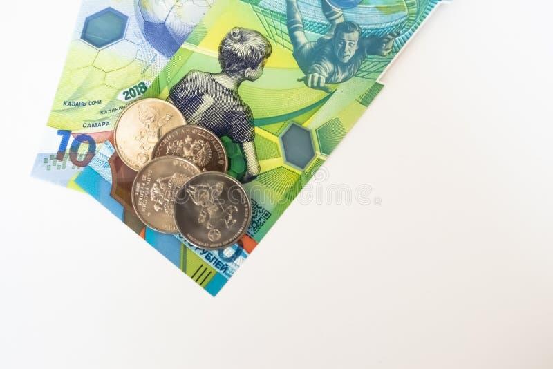 Le nouvel argent russe a publié spécifiquement pour le championnat du football 100 et quelques pièces de monnaie avec le symbole  photos stock