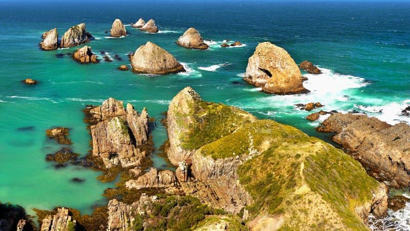 Le Nouvelle-Zélande, paysage côtier scénique, océan de Rocky Isles Pacific photo libre de droits