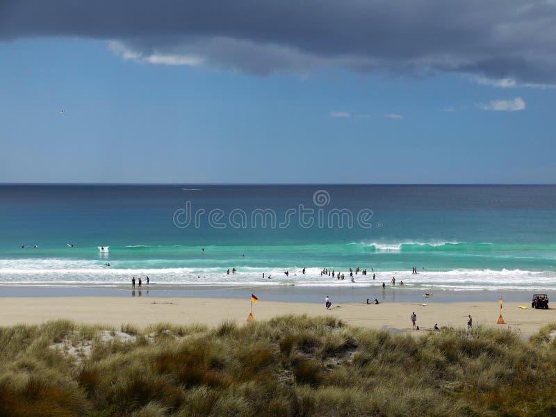 Le Nouvelle-Zélande : Tempête de pluie de plage de ressac de Mangawhai image stock