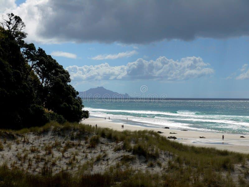 Le Nouvelle-Zélande : Tempête de pluie de plage de ressac de Mangawhai photos stock