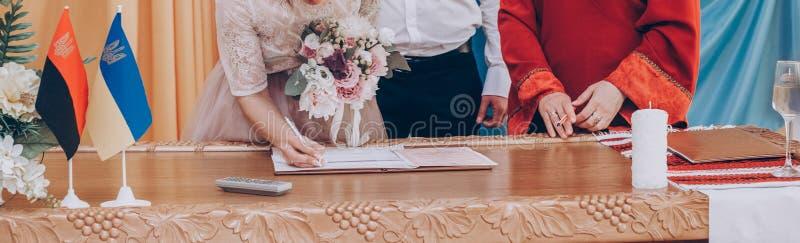 Le nozze di firma alla moda della sposa e dello sposo di nozze registrano moderno immagine stock libera da diritti