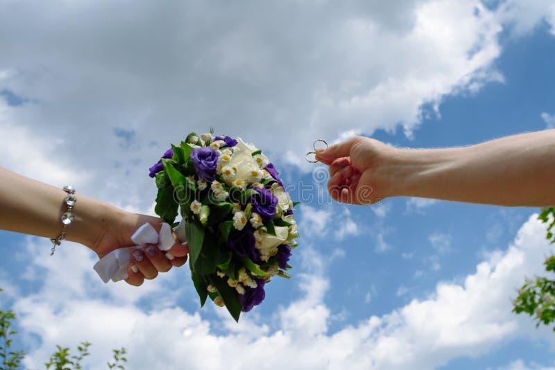 Le nozze fioriscono la sposa, donna che tiene il mazzo variopinto con le sue mani fotografie stock libere da diritti