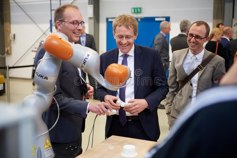 Le nther principal de ¼ de Daniel GÃ d'abbaye est intéressé par un bras robotique à l'université de la science appliquée à Kiel photo stock