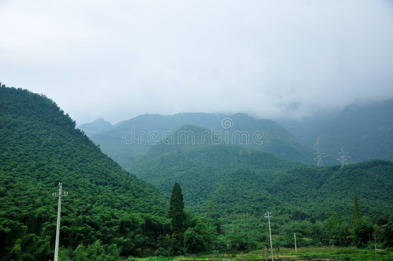Le nuage a couvert des montagnes images stock
