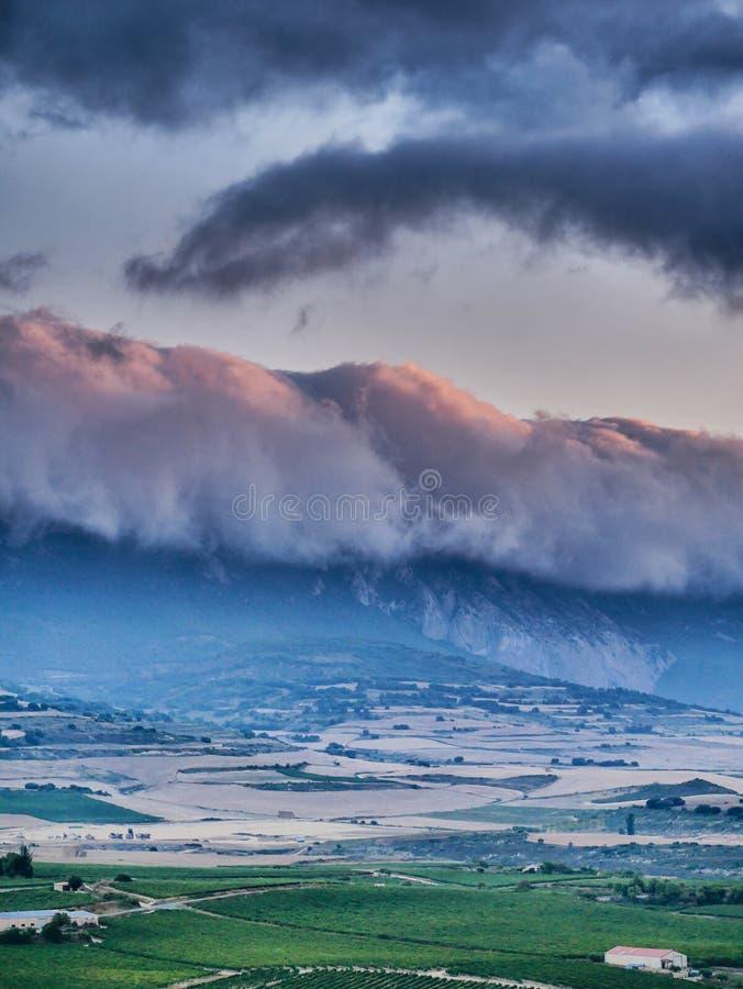 Le nuage a couvert la montagne avec impressionniste images stock