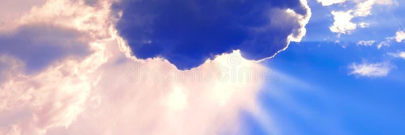 Le nuage a couvert le soleil Halo de lumière du soleil Ciel bleu avec des nuages Fond naturel Saison d'?t? chaude photographie stock