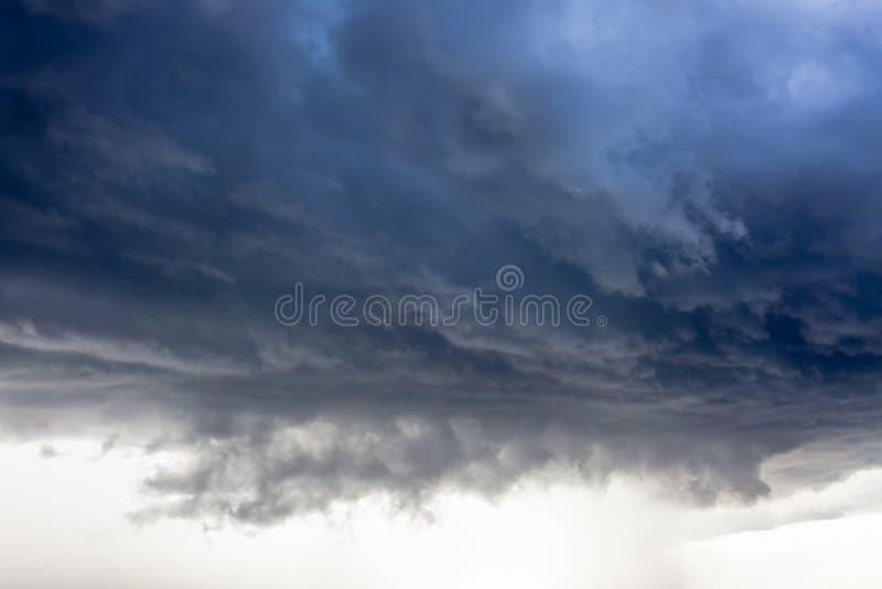 Le nuage de tempête, pluie vient images libres de droits
