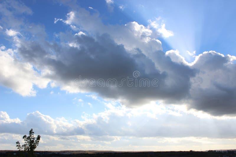 Le nuage a fermé le soleil image libre de droits