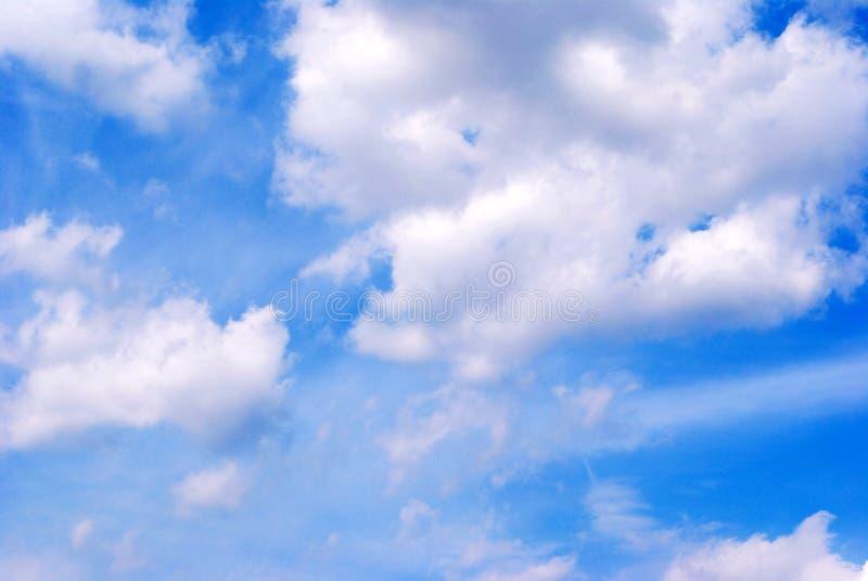 Le nubi sull'azzurro di girata il cielo. fotografia stock