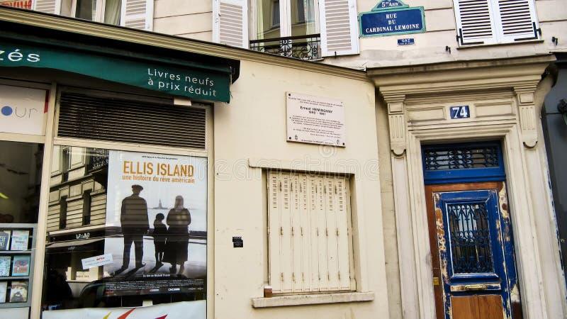 Le numéro de maison célèbre 74 sur la rue (Rue Du) Lemoin cardinal photos stock