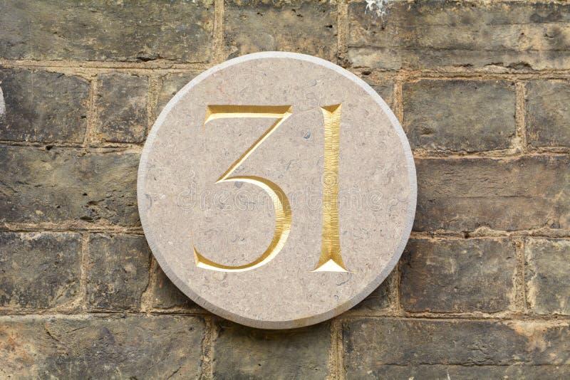 Le numéro de maison circulaire 31 se connectent le mur image stock