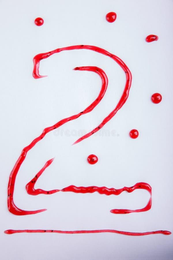 Le numéro deux est dessiné par la confiture de framboise, d'isolement sur le fond blanc photos stock
