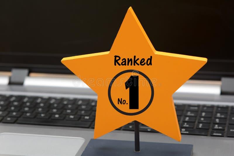 Le numéro rangé 1 se connectent l'étoile jaune image stock