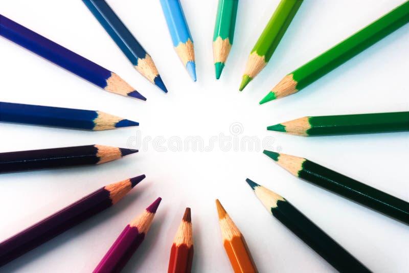 Le numerose matite di coloritura hanno sistemato in una forma circolare fotografia stock libera da diritti