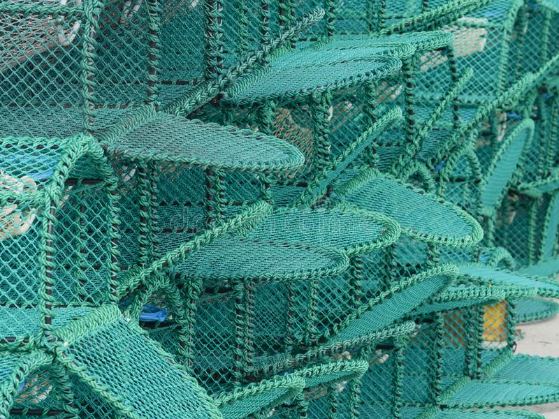 Le nuove nasse per crostacei hanno impilato su un porto fotografia stock libera da diritti