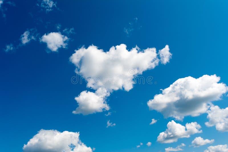 le nuvole bianche e lanuginose in cielo blu Fondo astratto dalle nuvole fotografia stock libera da diritti