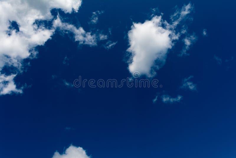 Le nuvole bianche e lanuginose in cielo blu Fondo astratto dalle nuvole fotografie stock libere da diritti