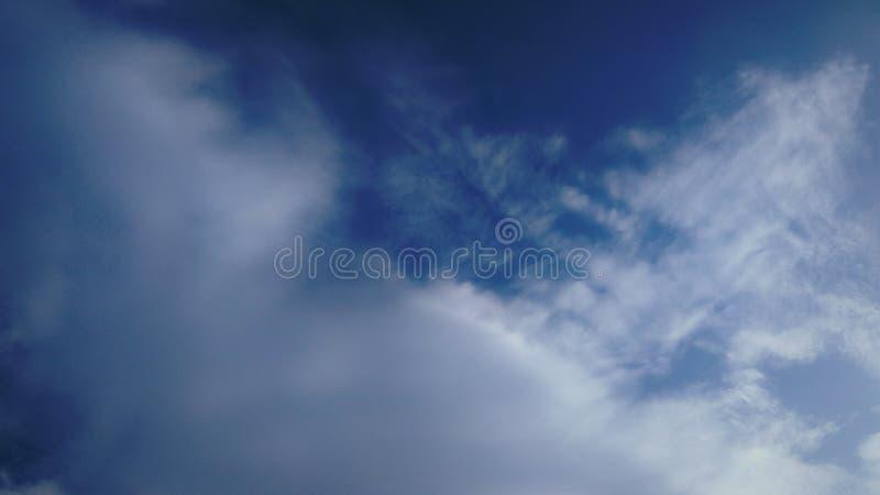 Le nuvole bianche molli e sottili si diffondono il cielo blu immagine stock