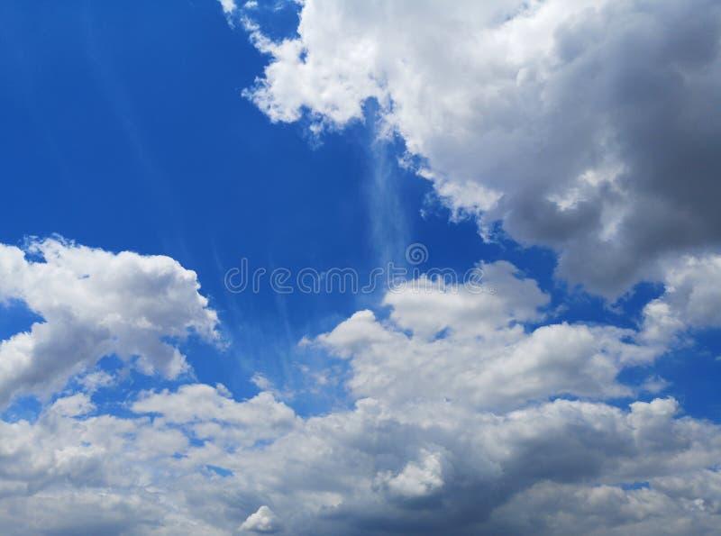 Le nuvole bianche spazio della natura dello sfondo naturale del cielo blu nel bello per scrivono fotografia stock