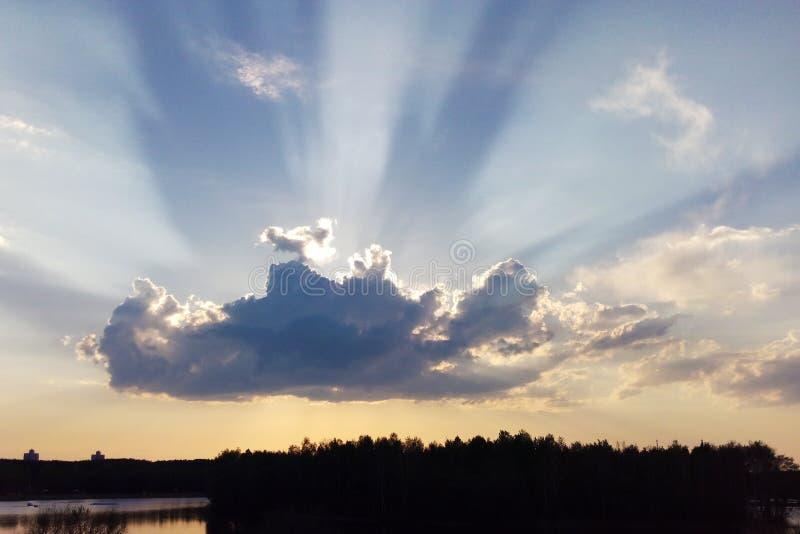 Le nuvole coprono il sole Il bello cielo con le nuvole e la luce del sole fotografia stock