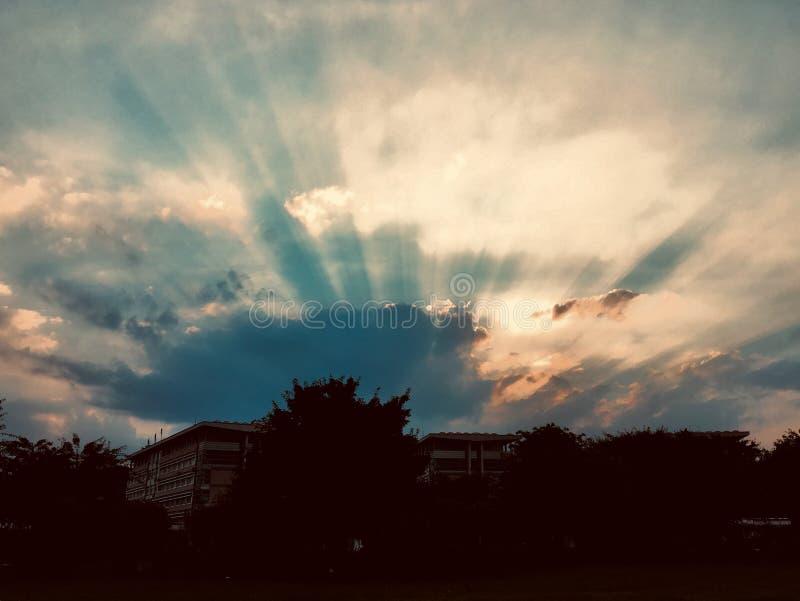 Le nuvole coprono il tramonto ma can' la t riguarda la sua luce indisciplinata immagini stock libere da diritti
