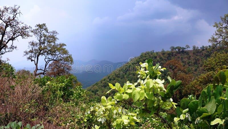 Le nuvole di monsone sulla stazione della collina fotografie stock