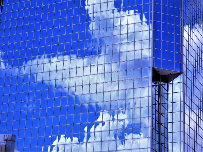 Le nuvole di nimbus hanno riflesso nell'edificio per uffici della città, Tampa fotografia stock