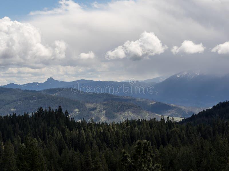 Le nuvole di tempesta oscurano i picchi di montagna fotografia stock libera da diritti