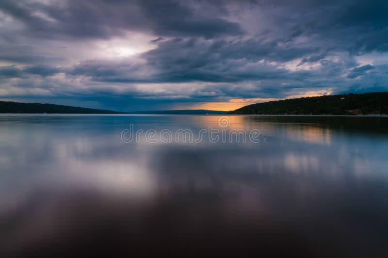 Le nuvole di tempesta si spostano per il lago Cayuga in un'esposizione lunga fotografia stock libera da diritti