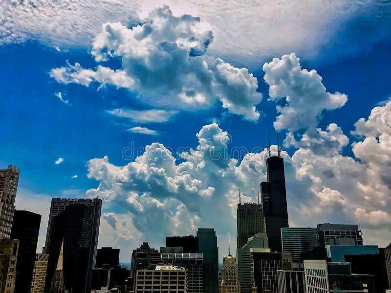 Le nuvole di tempesta di tutti i tipi arrivano a fiumi sopra i grattacieli di Chicago durante l'estate fotografia stock libera da diritti