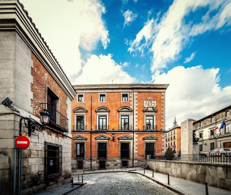Le nuvole dietro un angolo pittoresco a Madrid immagini stock libere da diritti