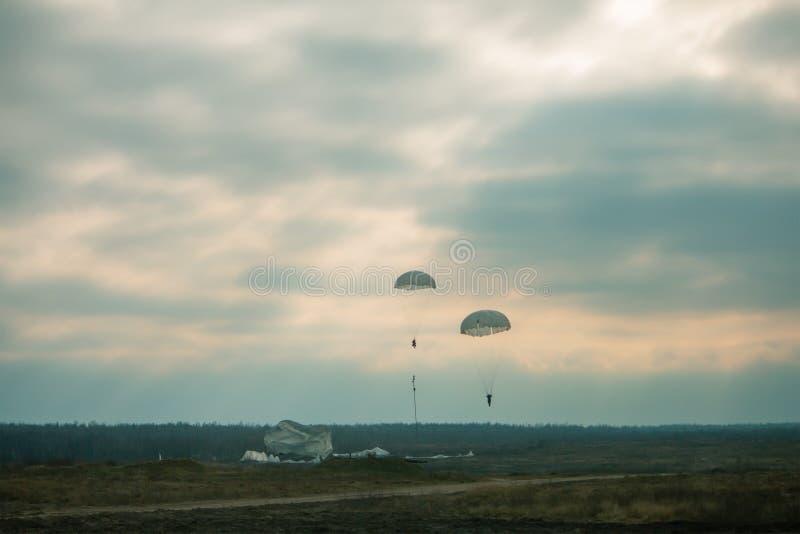 Le nuvole fredde lanciante in caduta liberasi militari del cielo dei soldati di autunno del campo di battaglia della terra di sal fotografie stock libere da diritti