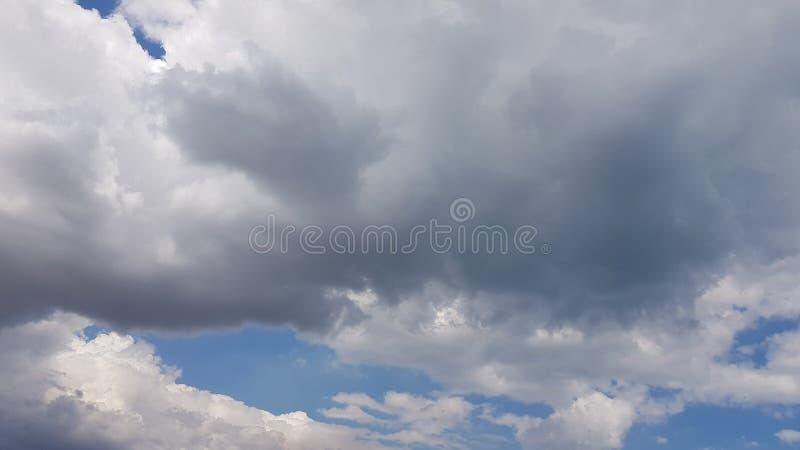 Le nuvole grige stanno coprendo il cielo blu fotografia stock libera da diritti