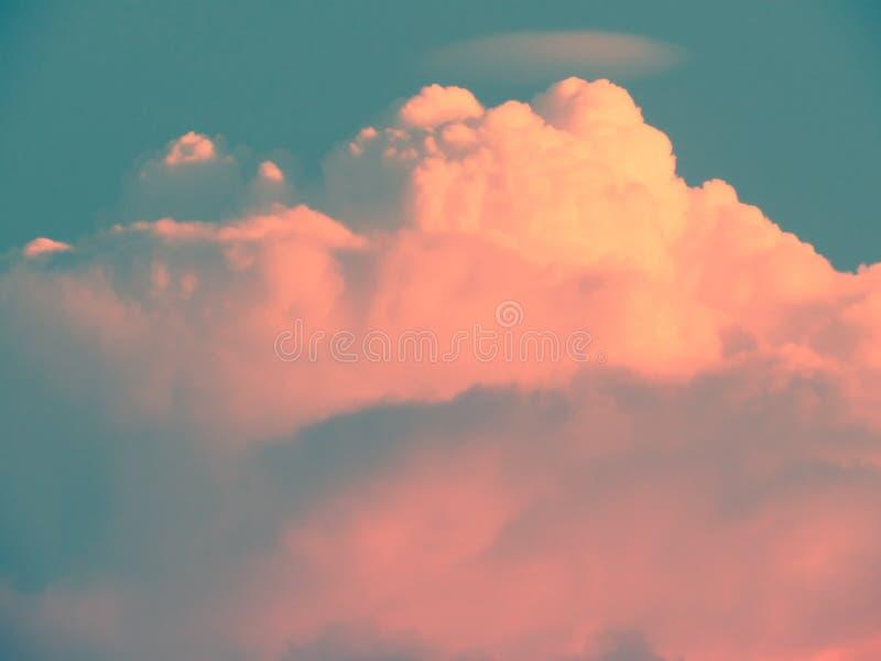Le nuvole hanno impilato gli strati sono modellate dall'immaginazione nel cielo con colore pastello di pendenza immagini stock