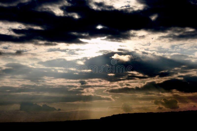 Le nuvole nel tramonto 2017 della primavera di Klokocevac del villaggio fotografia stock libera da diritti