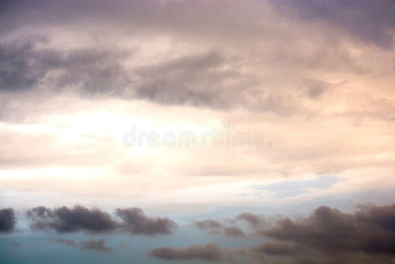 Le nuvole scure e grige hanno trovato nel cielo immagine stock libera da diritti
